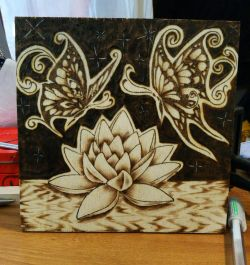 Farfalla con loto pirografato