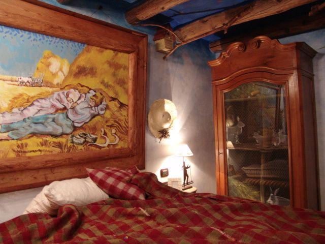 angolo di ambientazione di camera da letto con armadio dipinto e ...