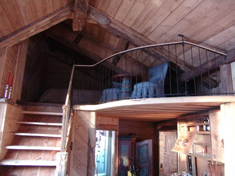 abbastanza soppalco in legno con scala di accesso e ringhiera di protezione  HM71